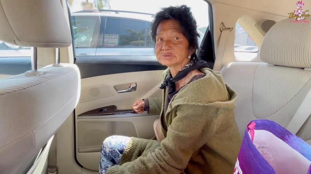 Ca sĩ Kim Ngân sống lang thang tại Mỹ tiết lộ bị kẻ xấu cắt một bên tai