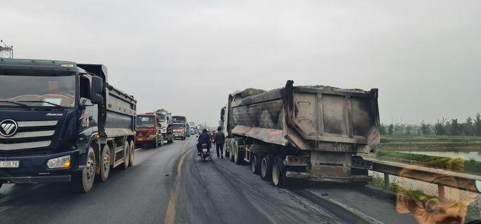 Ùn tắc trạm BOT Quán Hàu do xe tải nổ lốp gây cháy