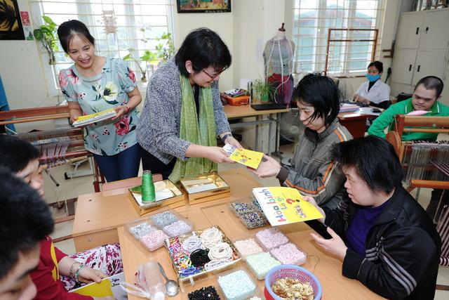 Khích lệ các em nhỏ niềm đam mê đọc sách ở Làng Hòa Bình, Làng SOS