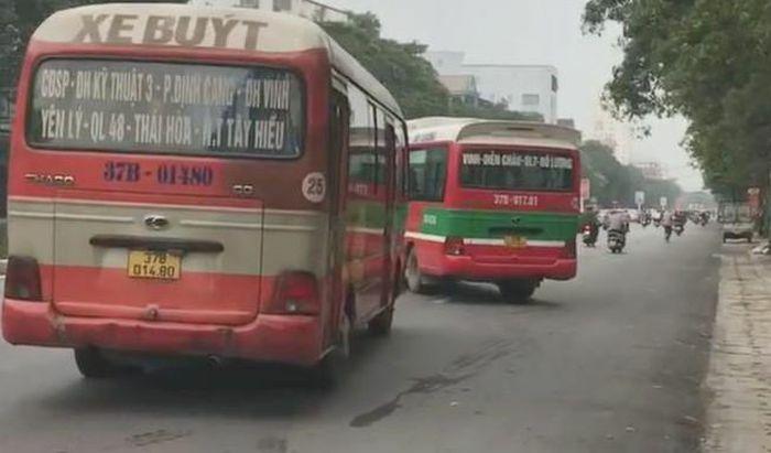 """2 xe buýt """"chèn"""" nhau trên đường làm khách hoảng sợ"""
