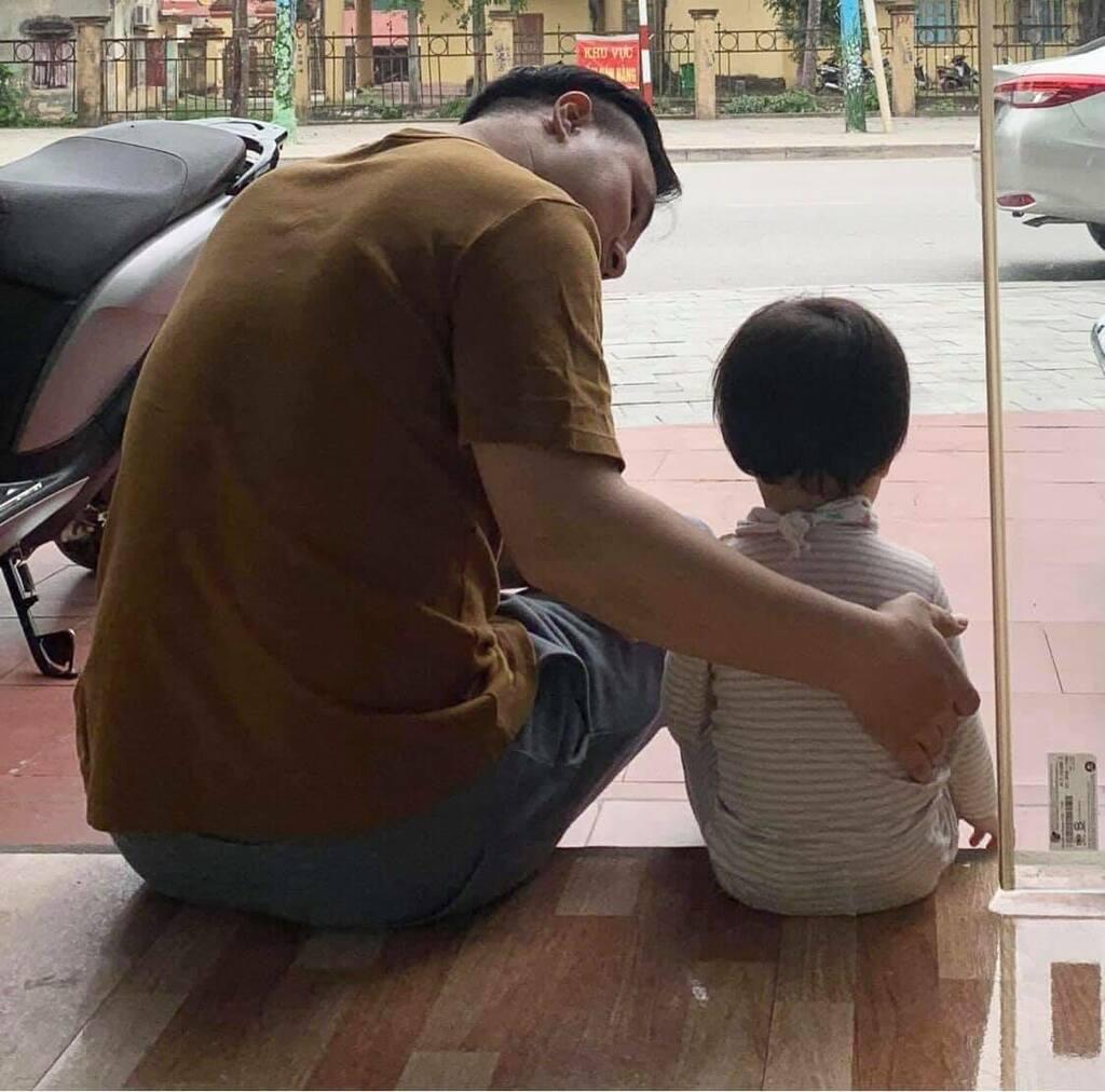 Bức ảnh cô con gái dỗi hờn vì bố đi chăm ông mấy ngày không về khiến bố ngồi dỗ mệt nghỉ