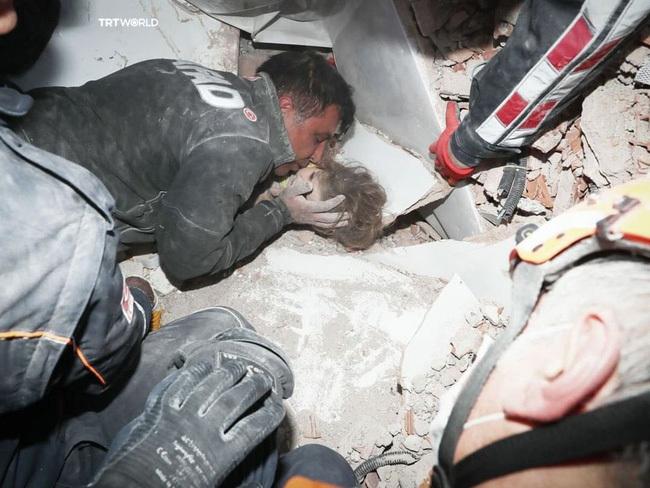 """Người cha nghẹn ngào ôm hôn con gái sống sót thần kỳ sau 91 giờ bị vùi lấp bởi trận động đất từng """"gây bão"""" MXH giờ có cuộc sống khác xưa"""