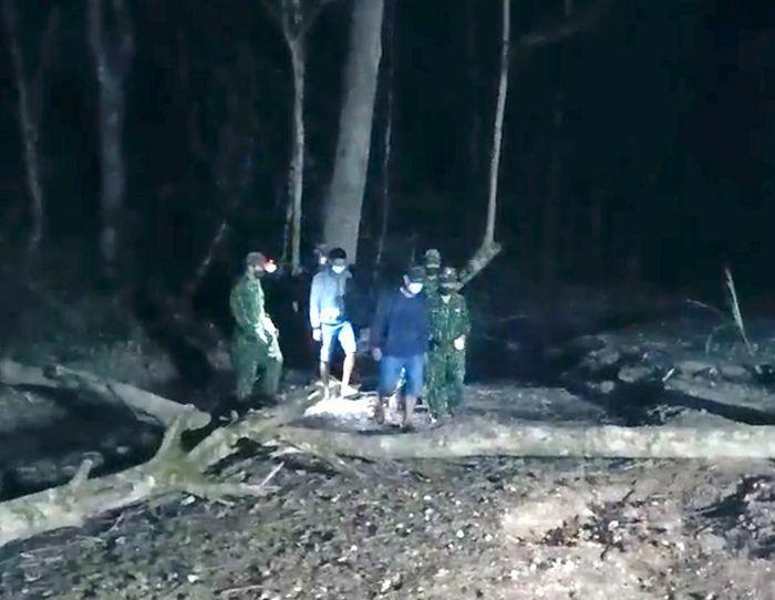 Hai đối tượng bị bắt vì cắt rừng vượt biên giới trong đêm