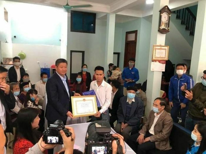 """""""Người hùng"""" Nguyễn Ngọc Mạnh được trao tặng huy hiệu """"Tuổi trẻ dũng cảm"""""""