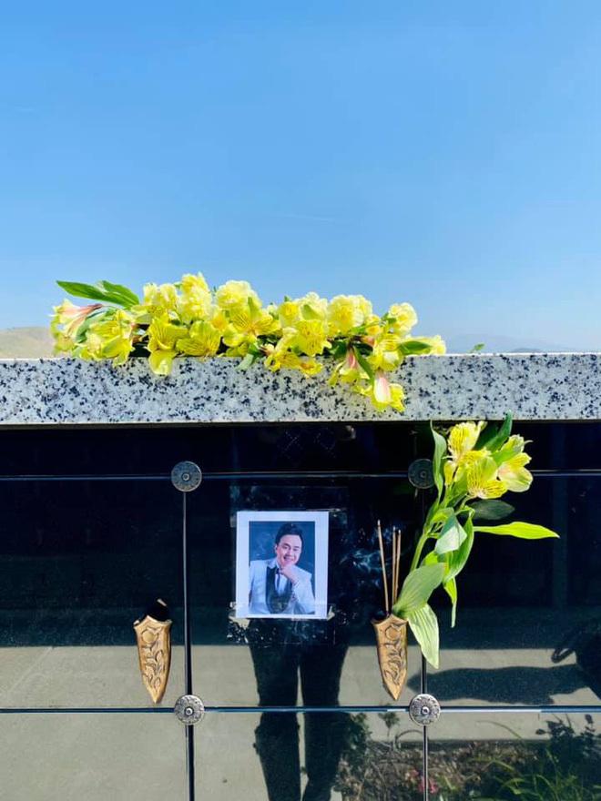 Phương Loan thăm nơi an nghỉ của Chí Tài, gương mặt u buồn, nói ra điều xót xa