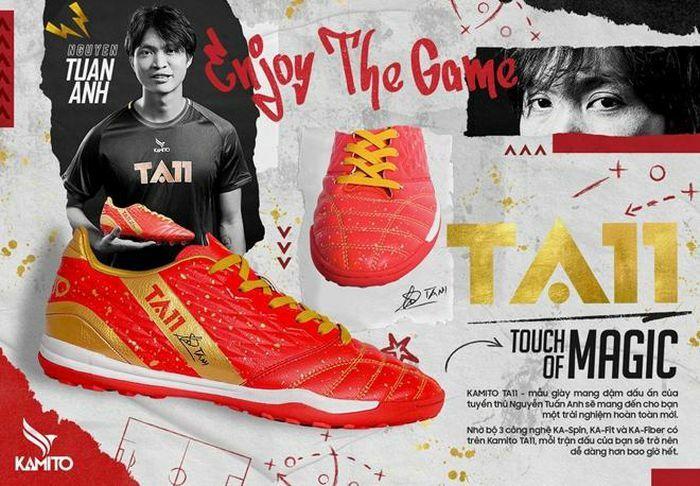 Tuyển thủ Tuấn Anh ra mắt mẫu giày đặc biệt mang tên mình