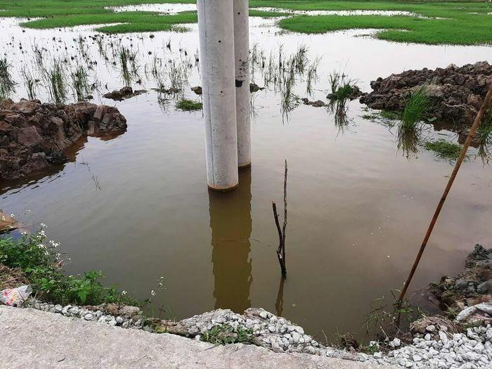 Hai anh em ruột đuối nước thương tâm dưới hố chôn cột điện