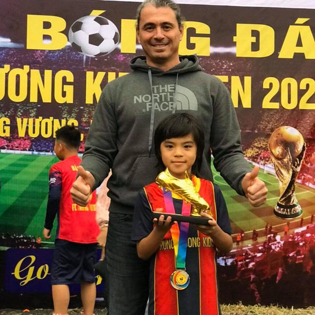 """Cậu bé 9 tuổi được mệnh danh """"Messi nhí Quảng Ninh"""" vì đá bóng quá hay, sự thật về quá trình đến với đam mê càng gây bất ngờ"""