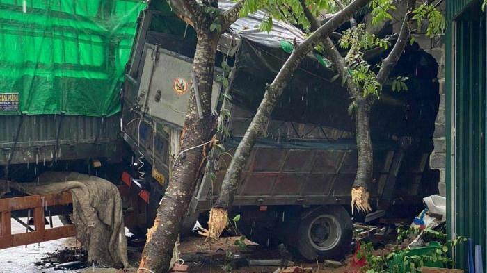 Xe container tông loạn xạ trên QL18, ba người thương vong