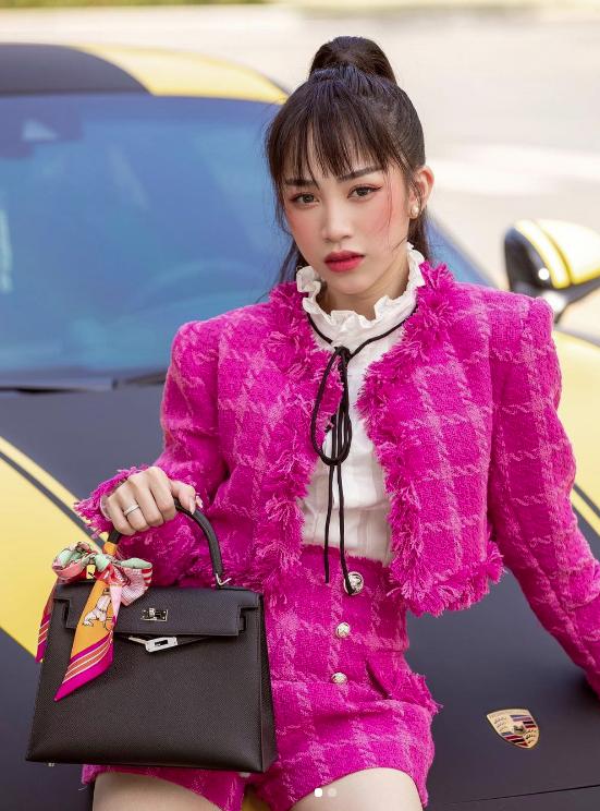"""Con gái Minh Nhựa khoe thần thái sang chảnh với set đồ Chanel nhưng lại bị góp ý vì """"lỡ"""" phối phụ kiện là túi Hermès"""