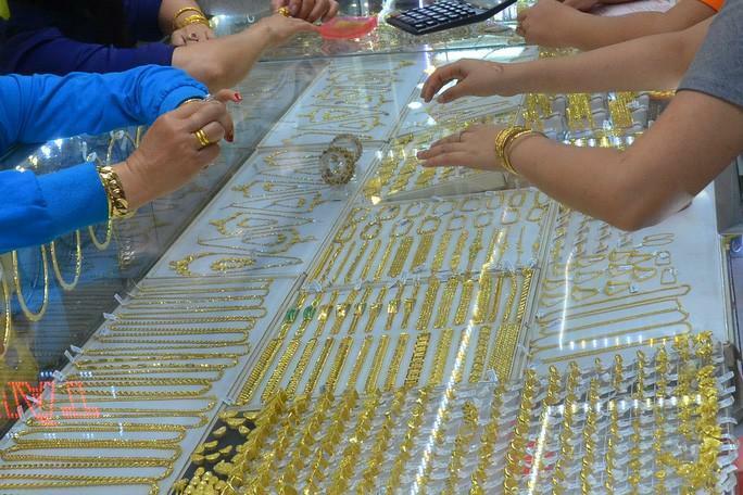 Giá vàng hôm nay 30-4: Giảm sốc, nhà đầu tư bán 23,4 tấn vàng