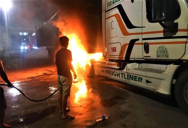 Xe đầu kéo nổ lốp, bốc cháy ngùn ngụt gần trạm thu phí