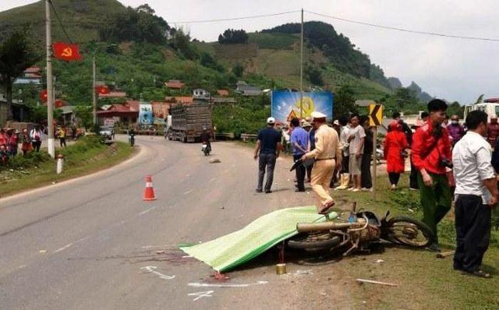 Tai nạn giao thông mới nhất hôm nay 4/4: Nữ tài xế tử vong thương tâm dưới bánh xe đầu kéo trên Quốc lộ 6