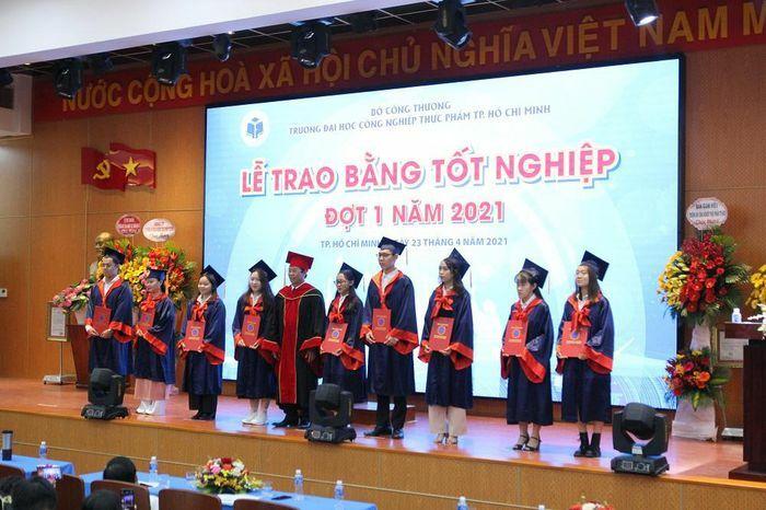 2.895 tân thạc sĩ, cử nhân Trường ĐH Công nghiệp Thực phẩm TP.HCM nhận bằng tốt nghiệp