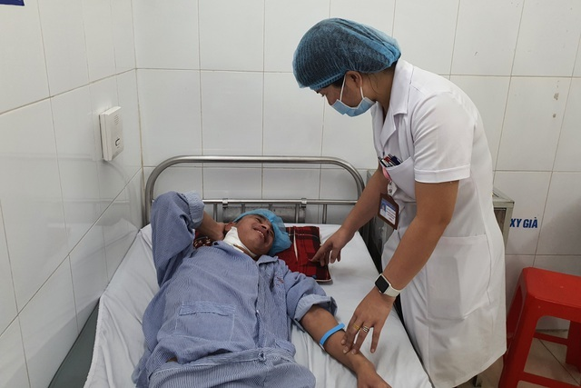 Thương người cha nghèo hơn 20 năm ôm con đến viện qua 13 lần phẫu thuật