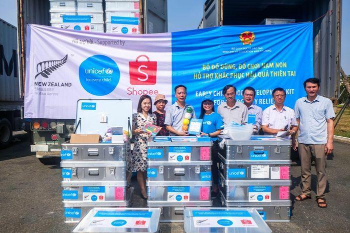 UNICEF tặng 900 bộ đồ dùng, đồ chơi mầm non cho trẻ em 4 tỉnh miền Trung