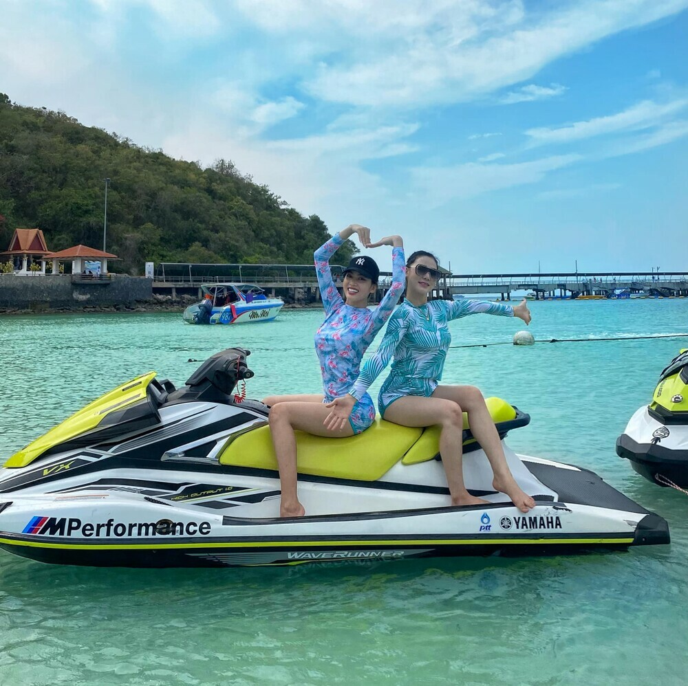 Á hậu Ngọc Thảo diện đồ đôi khoe chân dài cùng Hoa hậu Lào hậu Miss Grand 2020