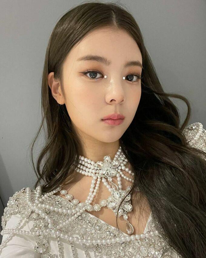 Theo trend makeup lấp lánh, Lia (ITZY) bị chê 'mắt như có gỉ'