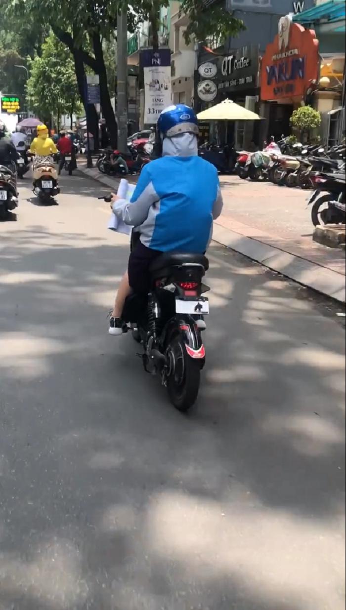 Nữ sinh vừa điều khiển xe đạp điện, vừa cầm sách học bài khiến dân mạng vừa đồng cảm vừa lo lắng