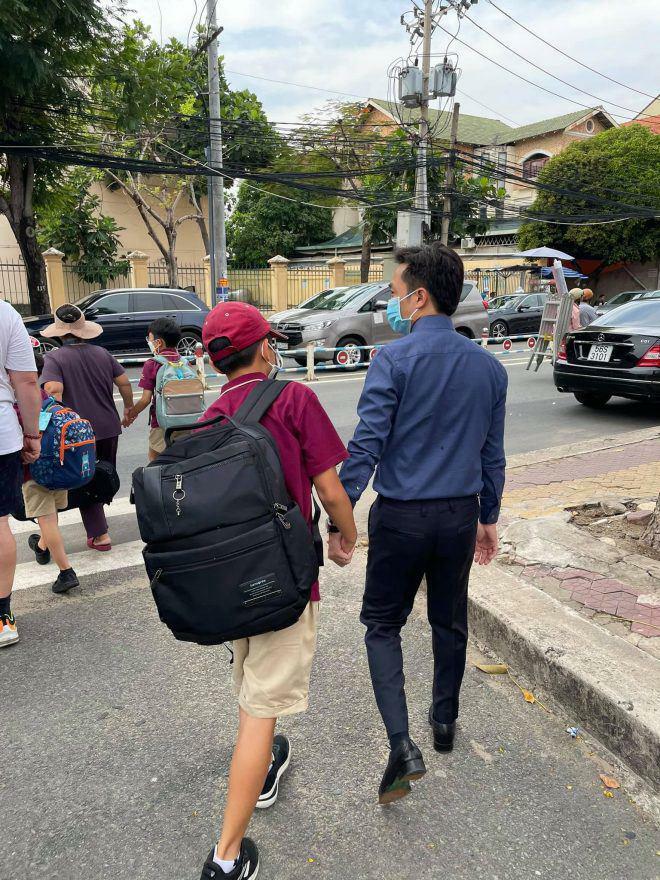 Sao Việt 24h: Subeo cao gần bằng bố nhưng chiếc balo to bự chà bá làm ai cũng thấy thương