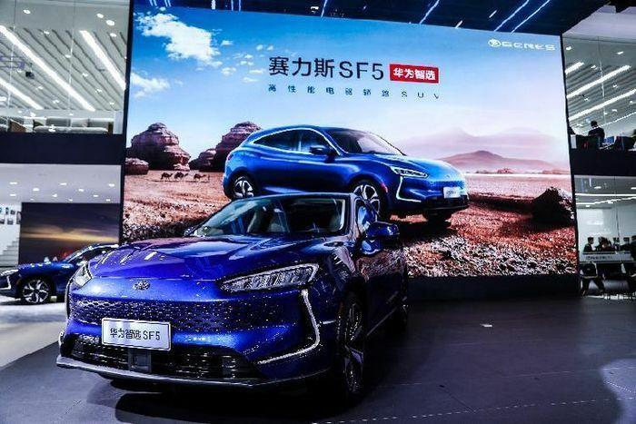 """""""Soi"""" ôtô đầu tiên của hãng điện thoại Huawei, từ 769 triệu đồng"""
