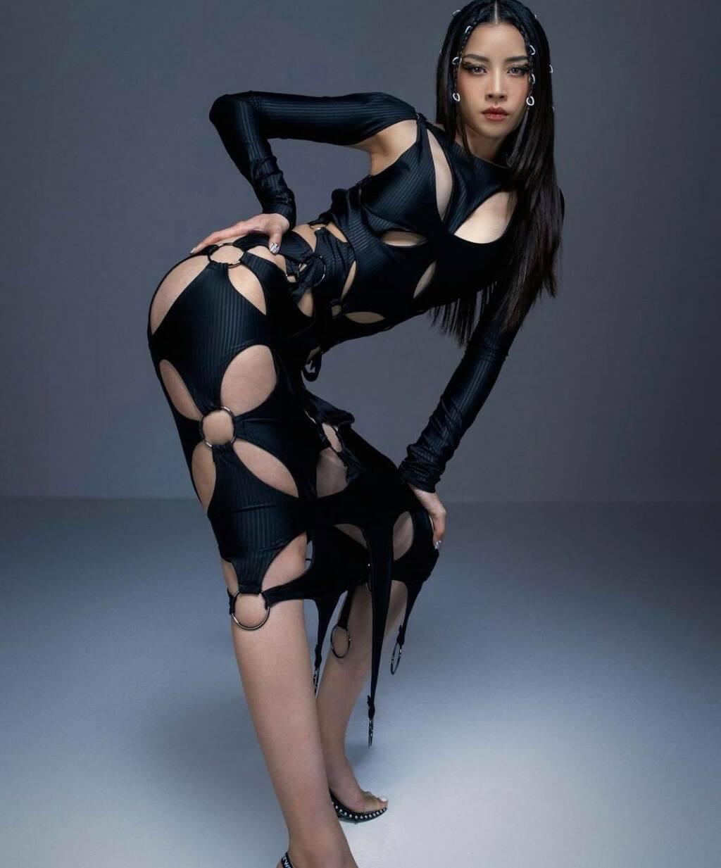 """Chi Pu, Mlee """"đụng hàng"""" mẫu bodysuit khoét xẻ ấn tượng"""