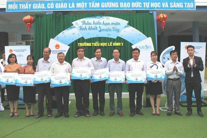 Trao 55 máy lọc nước cho trường học TP Cần Thơ