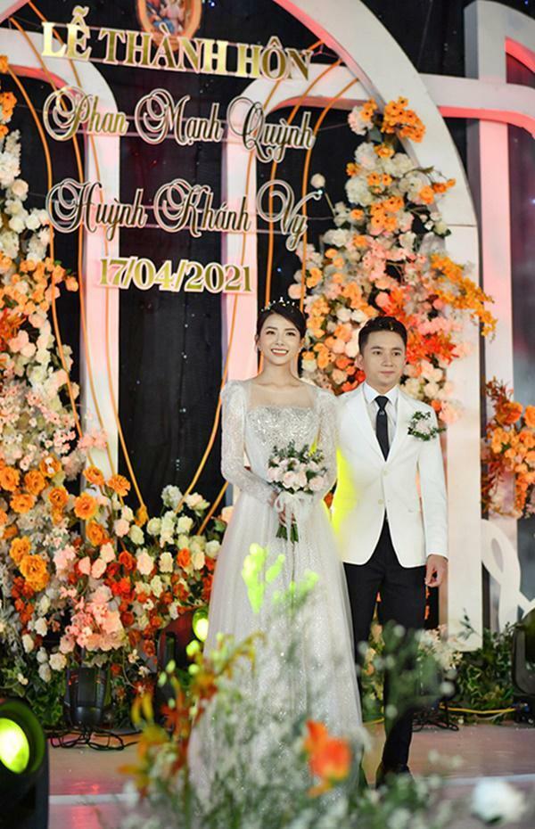 Vợ Phan Mạnh Quỳnh diện váy cưới đính 10.000 viên pha lê bạc, đeo vàng trĩu cổ
