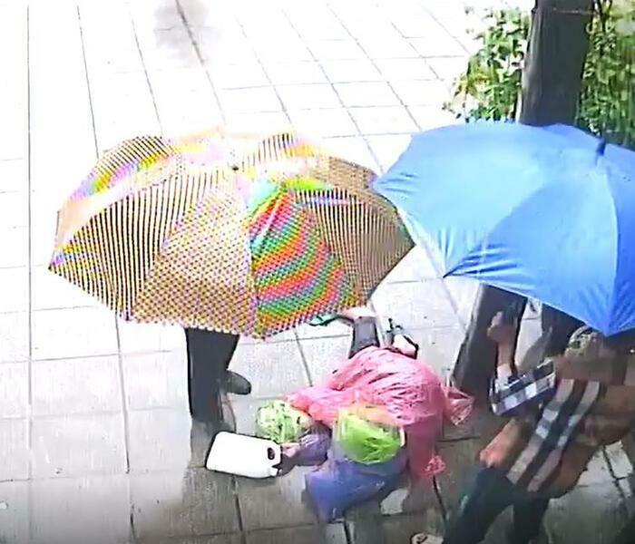 Người đàn ông bị 'vứt' ra đường giữa mưa bão: Say rượu tự ý vào nhà dân?