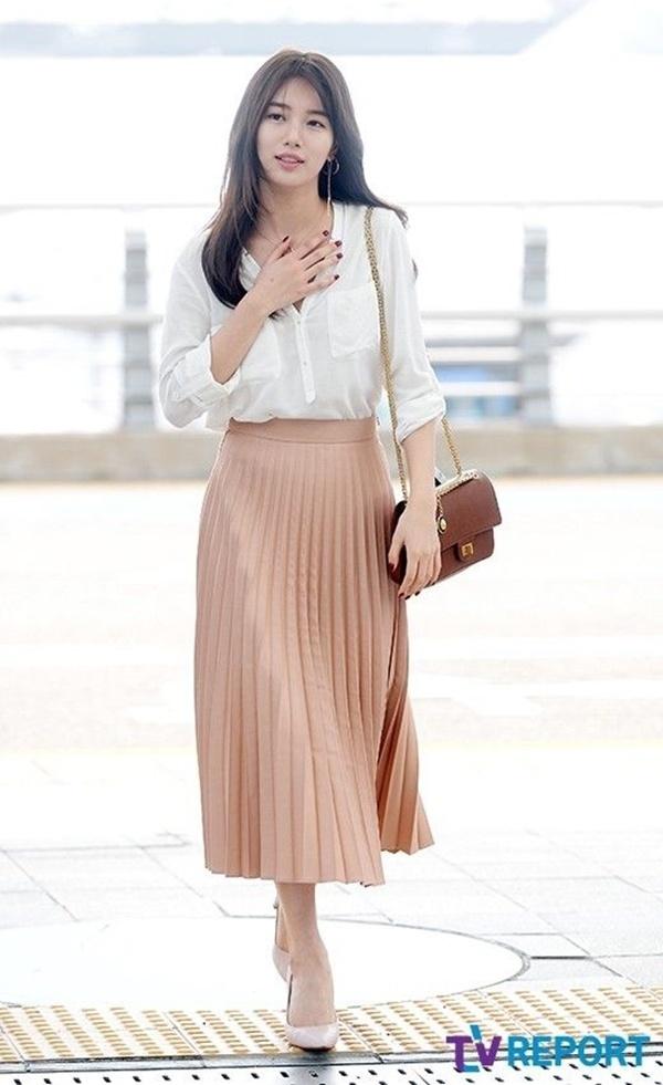 Suzy có muôn kiểu diện sơ mi/blouse đơn giản nhưng đẹp hết ý, vừa dễ áp dụng lại sang vô cùng