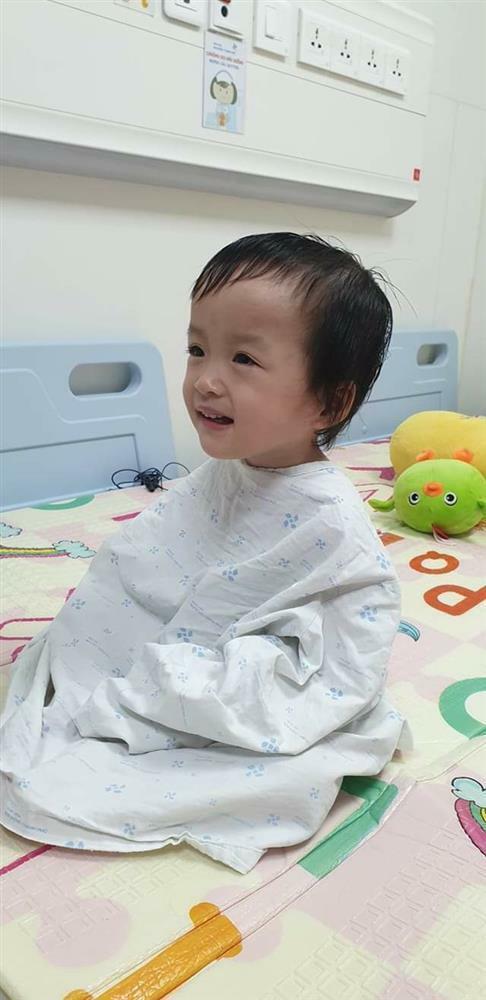 Song Nhi trở lại bệnh viện tập vật lý trị liệu, bé Diệu Nhi đóng hậu môn tạm thành công
