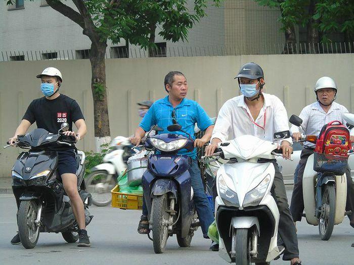 Hà Nội: Gia tăng tình trạng người tham gia giao thông không đội mũ bảo hiểm