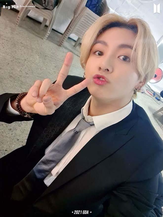 """Jungkook BTS thay đổi màu tóc như """"tắc kè hoa"""""""