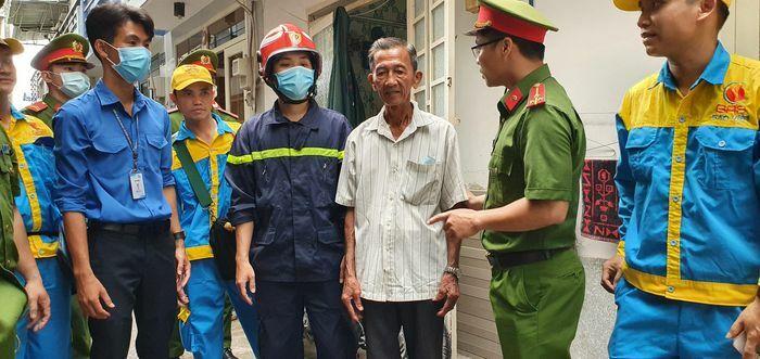 """TPHCM: """"Đi từng ngõ, gõ cửa từng nhà"""", dặn dò bà con phòng chống cháy nổ"""