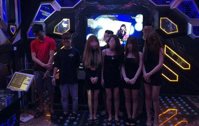 Hà Nội: Nghi vấn nhân viên quản lý quán karaoke bán ma túy cho khách