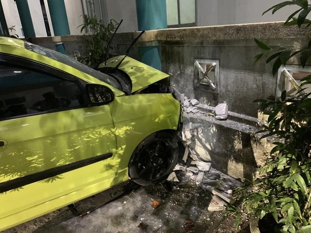 """Ô tô """"đại náo"""" trong sân bệnh viện, 3 người bị thương nặng"""