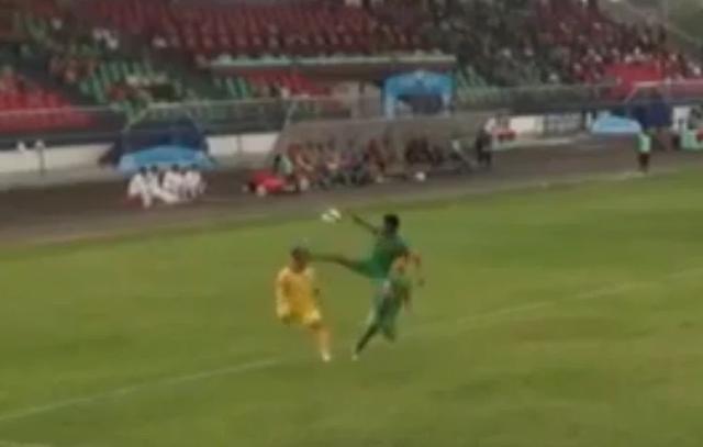 Cầu thủ CLB Bình Phước đạp thẳng mặt đối thủ, trọng tài ra quyết định sốc