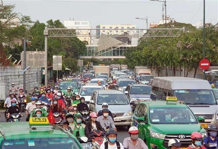 Hình ảnh các cửa ngõ TP.HCM ùn tắc dài do người dân đổ về quê nghỉ lễ
