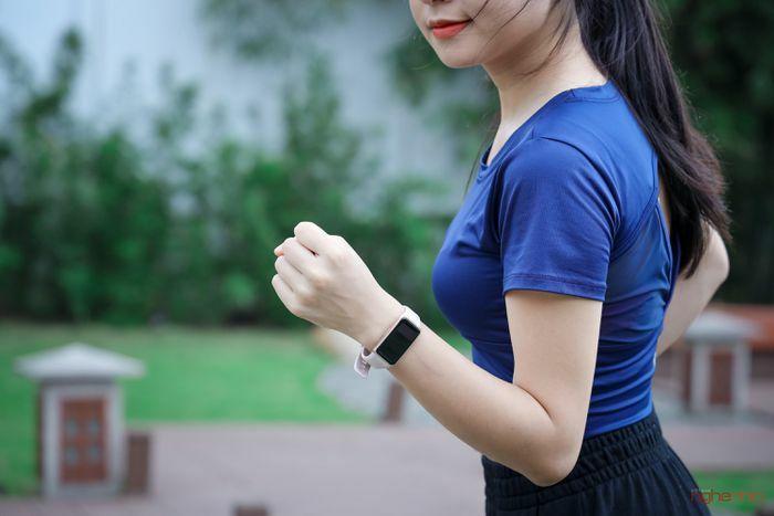 """""""Đeo thử"""" vòng tay thông minh Huawei Band 6 giá 1,5 triệu quà tặng 500 nghìn"""