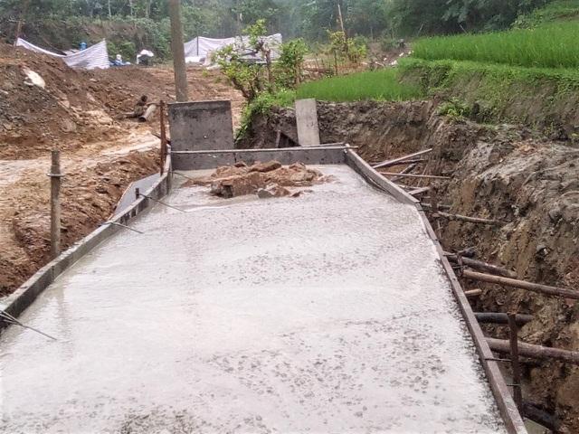 """Vụ doanh nghiệp xây cầu bê tông trộn đất đá bẩn: """"Trảm"""" chỉ huy công trường"""