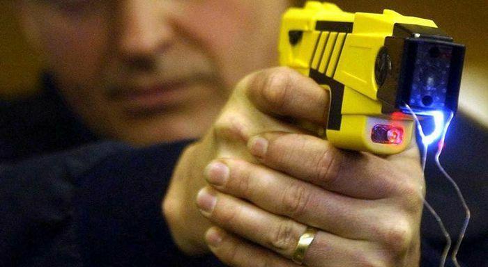 Làm thế nào cảnh sát Mỹ lại rút nhầm súng lục với súng điện?