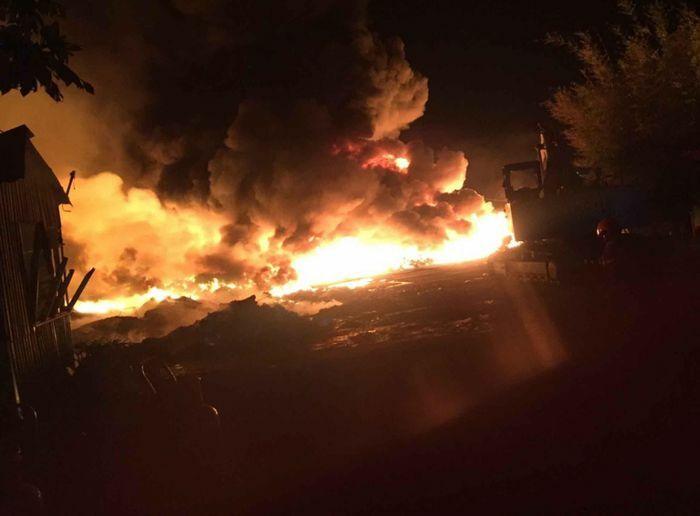 Cháy lớn tại bãi chứa vải vụn