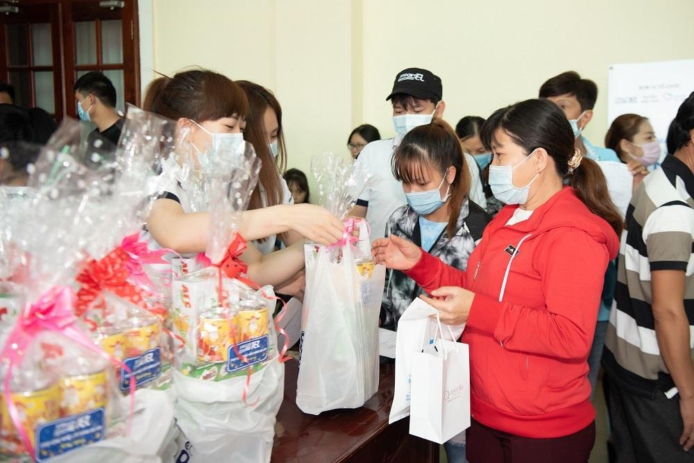Saigontel cùng Bệnh viện Quân y 175 khám bệnh miễn phí cho công nhân tại Long An