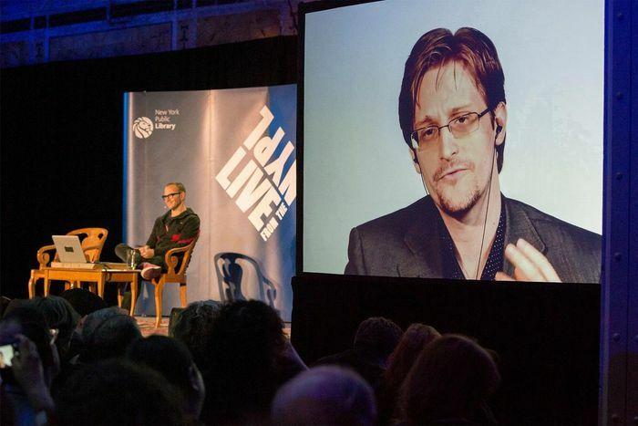 Ảnh chân dung người tố giác CIA được rao bán giá 5,5 triệu USD