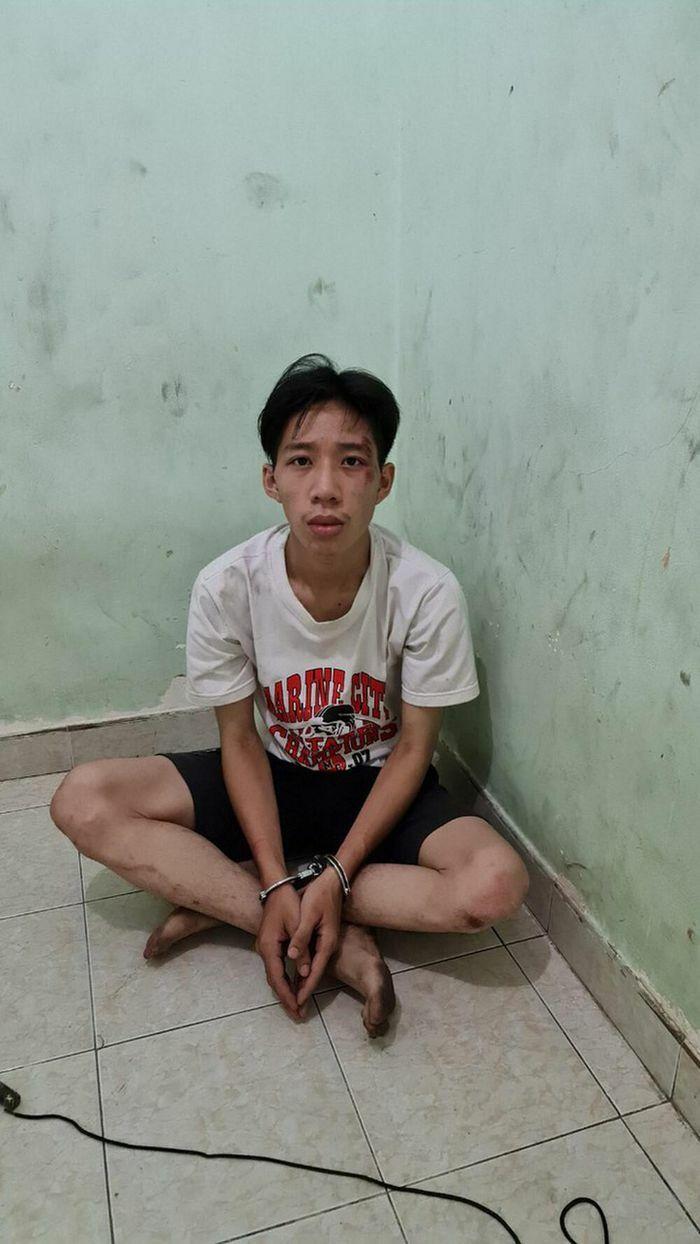 Nam thanh niên cầm dao gí vào cổ tài xế xe buýt yêu cầu chở đi miền Tây để trốn gia đình