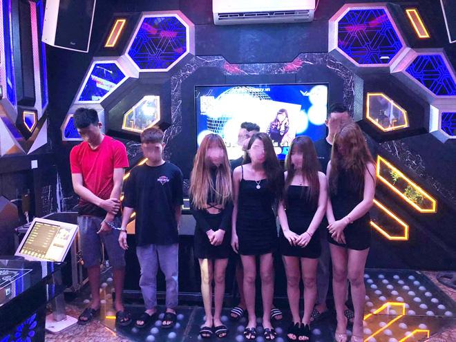 """8 cô gái mặc váy ngắn cũn cỡn """"phục vụ"""" nhóm nam thanh niên trong quán karaoke"""