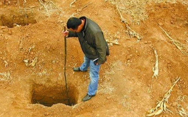 """Lão nông tìm thấy 5 """"hố không đáy"""" trên thửa ruộng: Đoàn khảo cổ vui mừng khôn xiết!"""