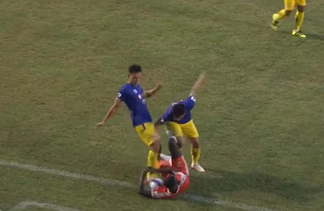 Thẳng chân sút vào bụng đối thủ, cầu thủ CLB Hà Nội đối diện với án phạt
