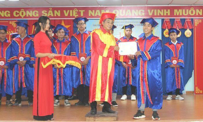 Trao bằng tốt nghiệp cho 307 sinh viên