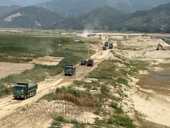 Xe chở cát cày xới đường, dân khổ sở vì bụi bặm, cát rơi vãi